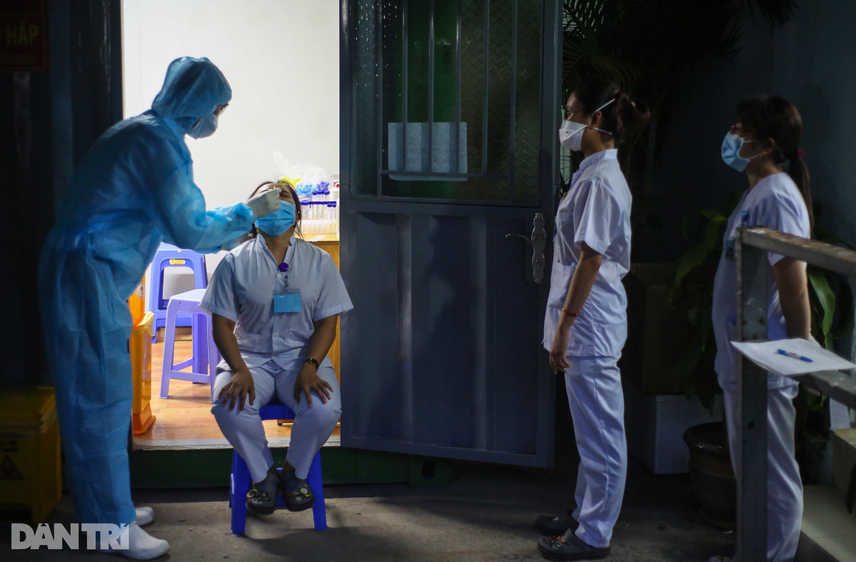 Xuyên đêm lấy 1.000 mẫu xét nghiệm SARS-CoV-2 tại bệnh viện TP Thủ Đức - 3