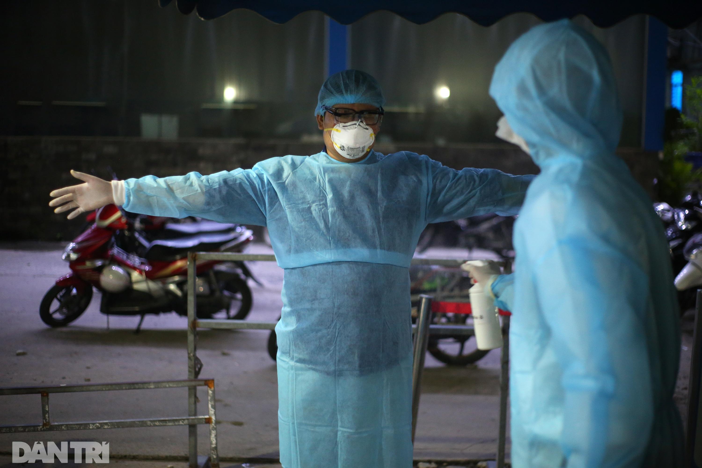 Xuyên đêm lấy 1.000 mẫu xét nghiệm SARS-CoV-2 tại bệnh viện TP Thủ Đức - 13