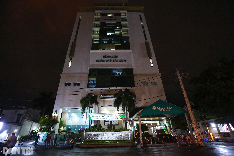 Phong tỏa Bệnh viện Hoàn Mỹ Sài Gòn, dân xếp hàng dài xin vào giữa đêm - 1