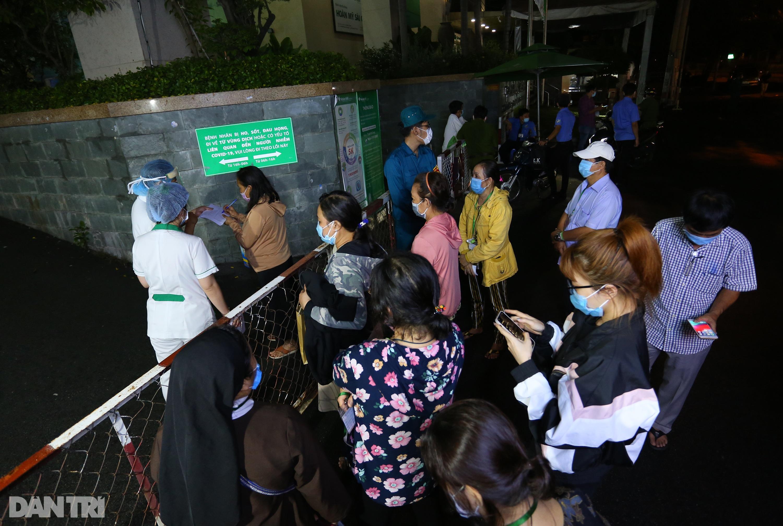 Phong tỏa Bệnh viện Hoàn Mỹ Sài Gòn, dân xếp hàng dài xin vào giữa đêm - 11