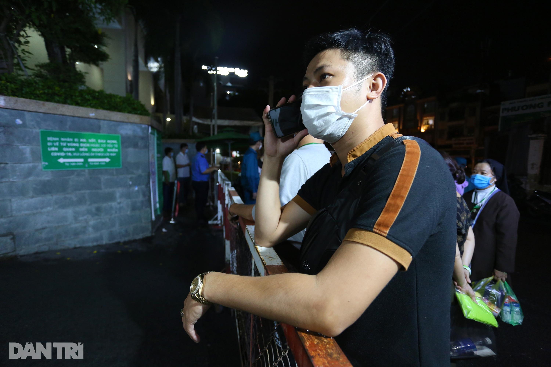 Phong tỏa Bệnh viện Hoàn Mỹ Sài Gòn, dân xếp hàng dài xin vào giữa đêm - 6