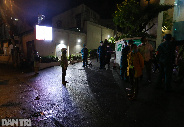 Phong tỏa Bệnh viện Hoàn Mỹ Sài Gòn, dân xếp hàng dài xin vào giữa đêm - 2