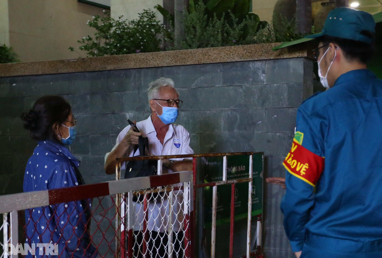 Phong tỏa Bệnh viện Hoàn Mỹ Sài Gòn, dân xếp hàng dài xin vào giữa đêm - 3