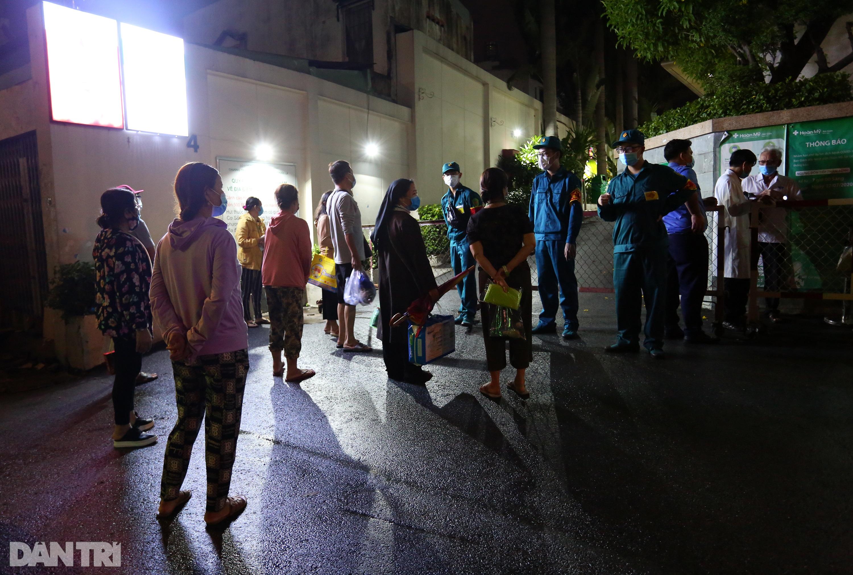 Phong tỏa Bệnh viện Hoàn Mỹ Sài Gòn, dân xếp hàng dài xin vào giữa đêm - 4