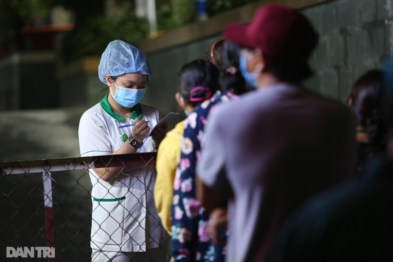 Phong tỏa Bệnh viện Hoàn Mỹ Sài Gòn, dân xếp hàng dài xin vào giữa đêm - 9