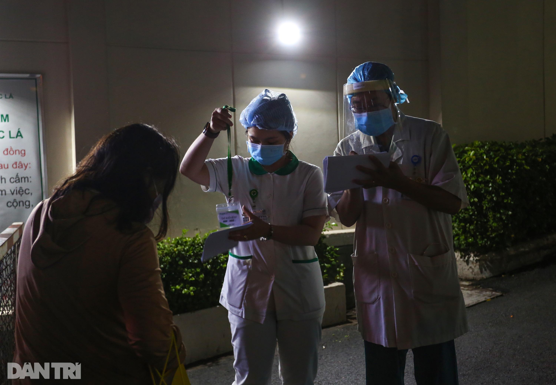 Phong tỏa Bệnh viện Hoàn Mỹ Sài Gòn, dân xếp hàng dài xin vào giữa đêm - 10