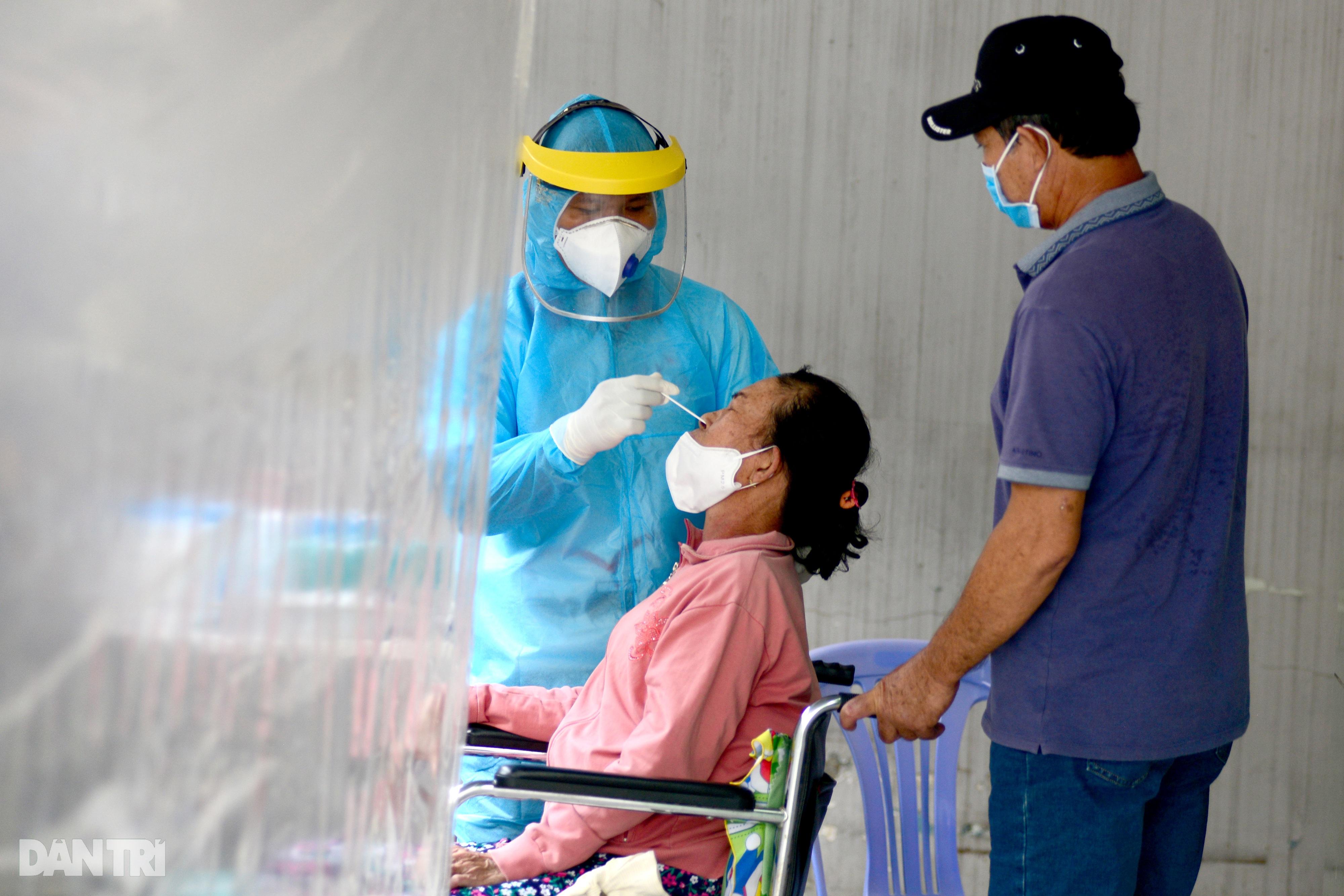 Người phụ nữ ung thư được chồng đẩy xe lăn đi xét nghiệm Covid-19 - 4