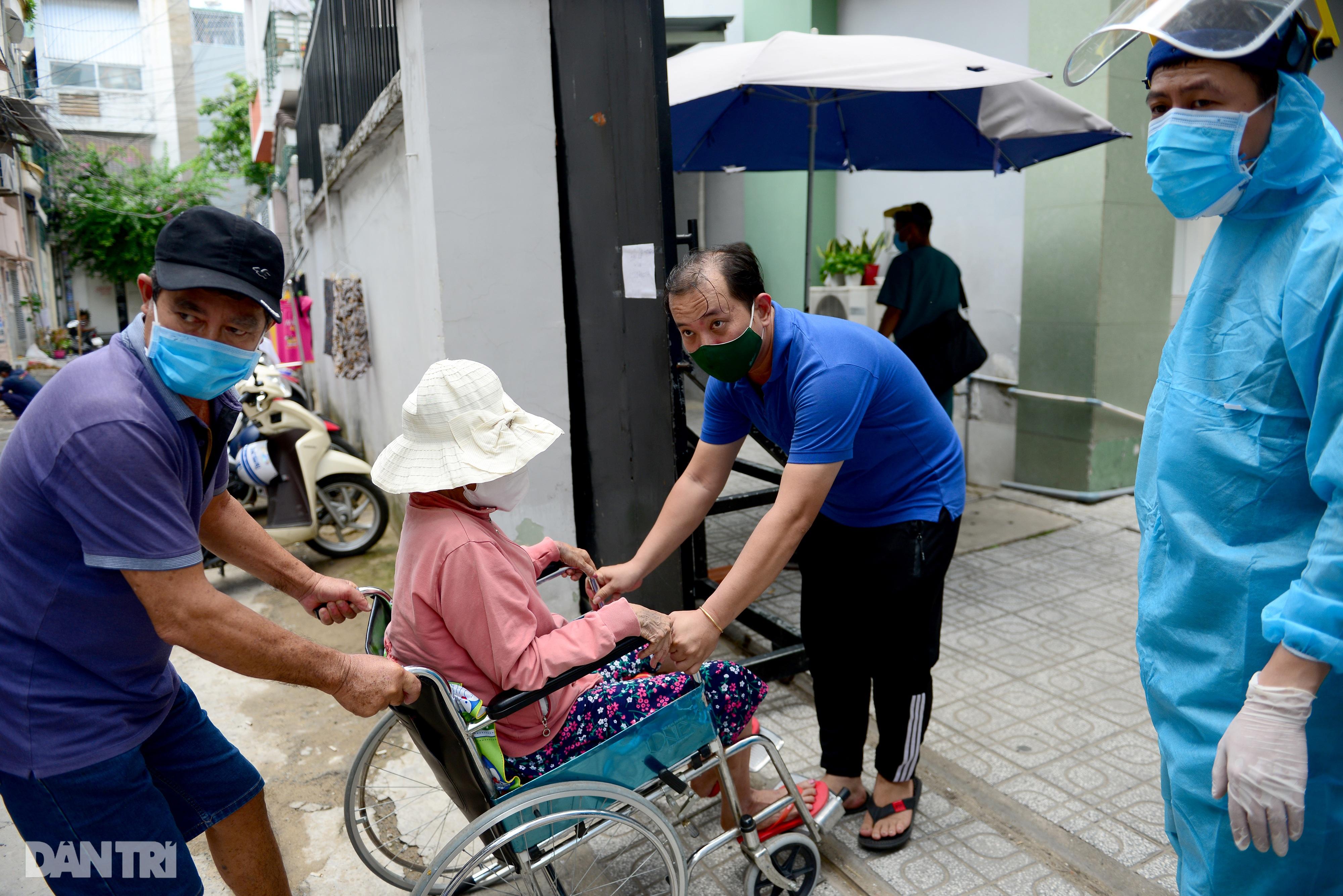 Người phụ nữ ung thư được chồng đẩy xe lăn đi xét nghiệm Covid-19 - 3