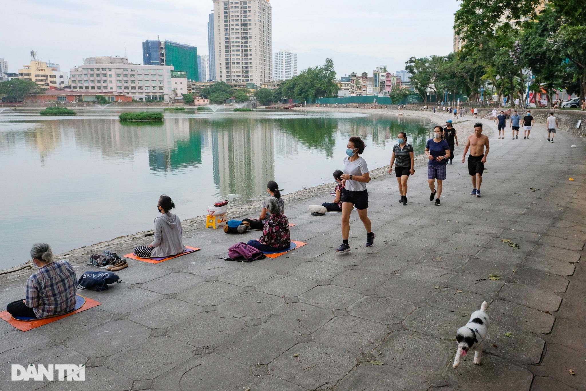 Hồ Gươm biến thành trường đua xe đạp, chật ních người đi bộ tập thể dục - 8