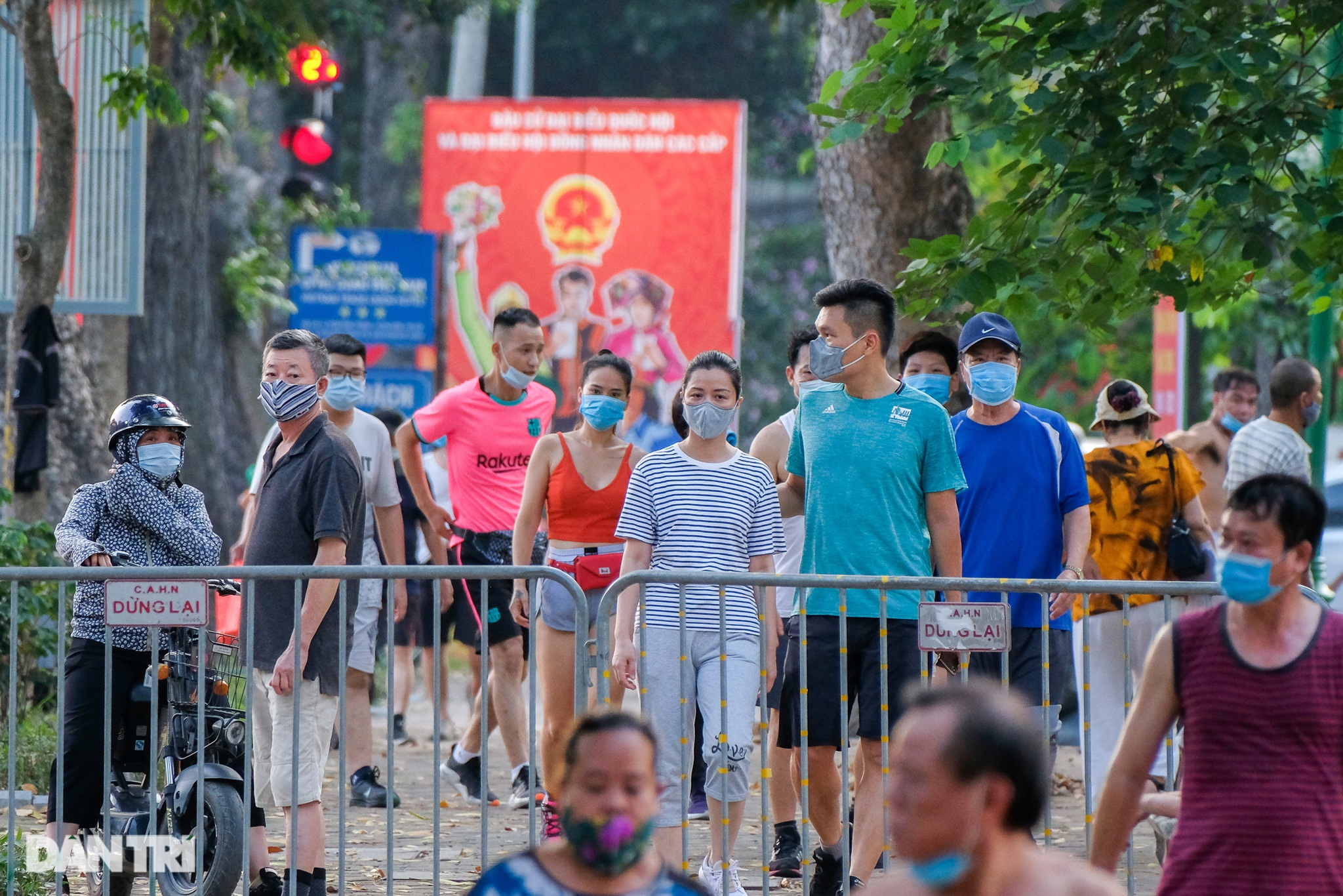 Hồ Gươm biến thành trường đua xe đạp, chật ních người đi bộ tập thể dục - 6