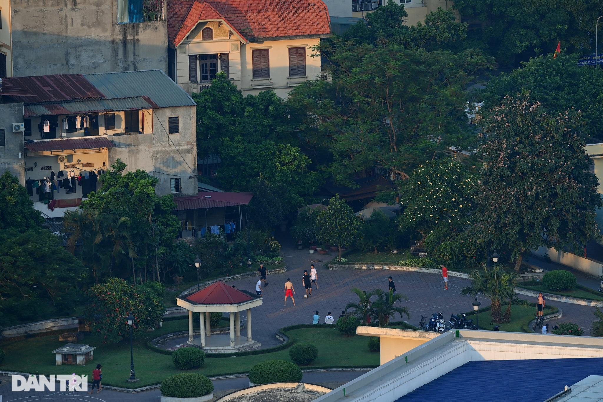 Hồ Gươm biến thành trường đua xe đạp, chật ních người đi bộ tập thể dục - 10