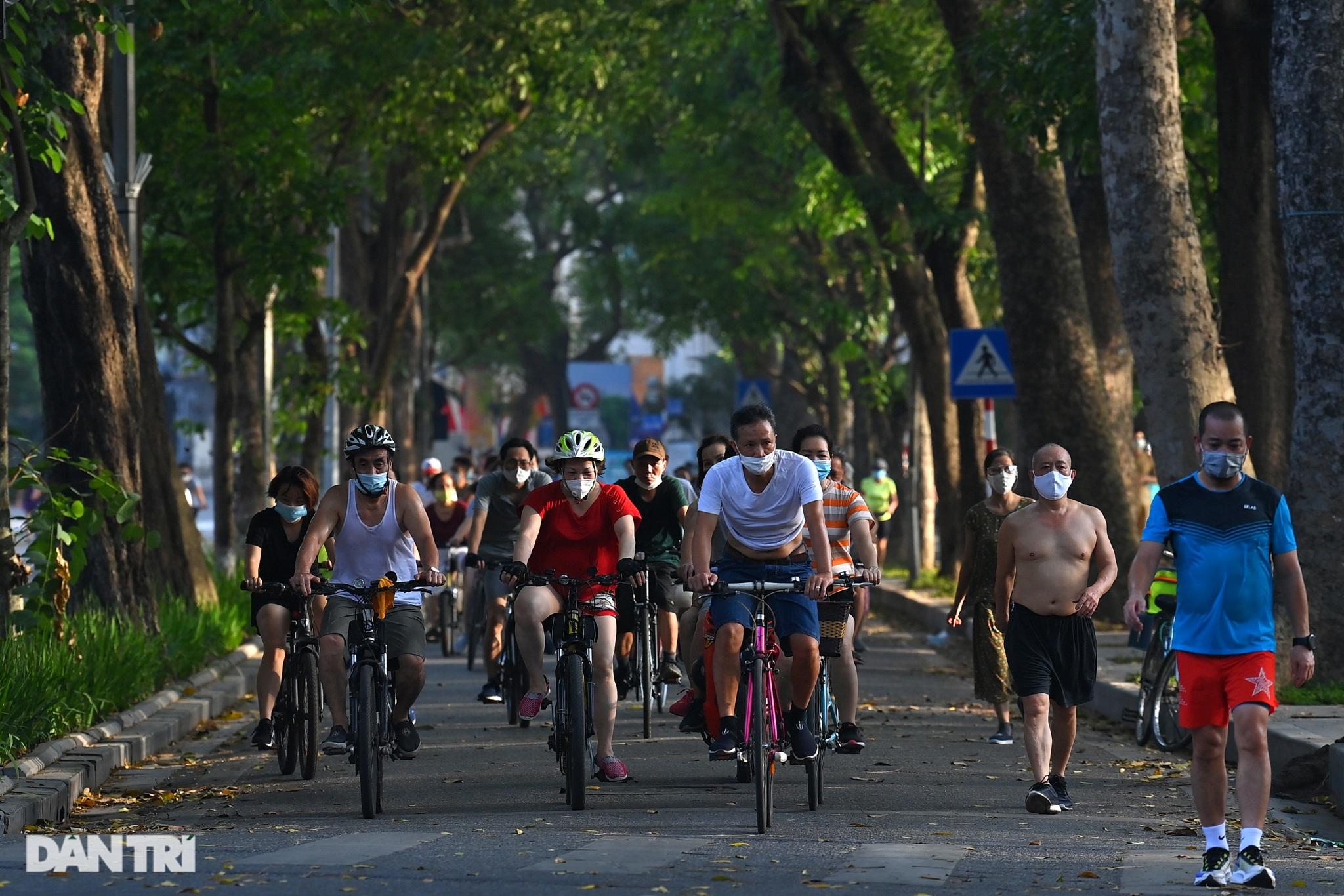 Hồ Gươm biến thành trường đua xe đạp, chật ních người đi bộ tập thể dục - 3