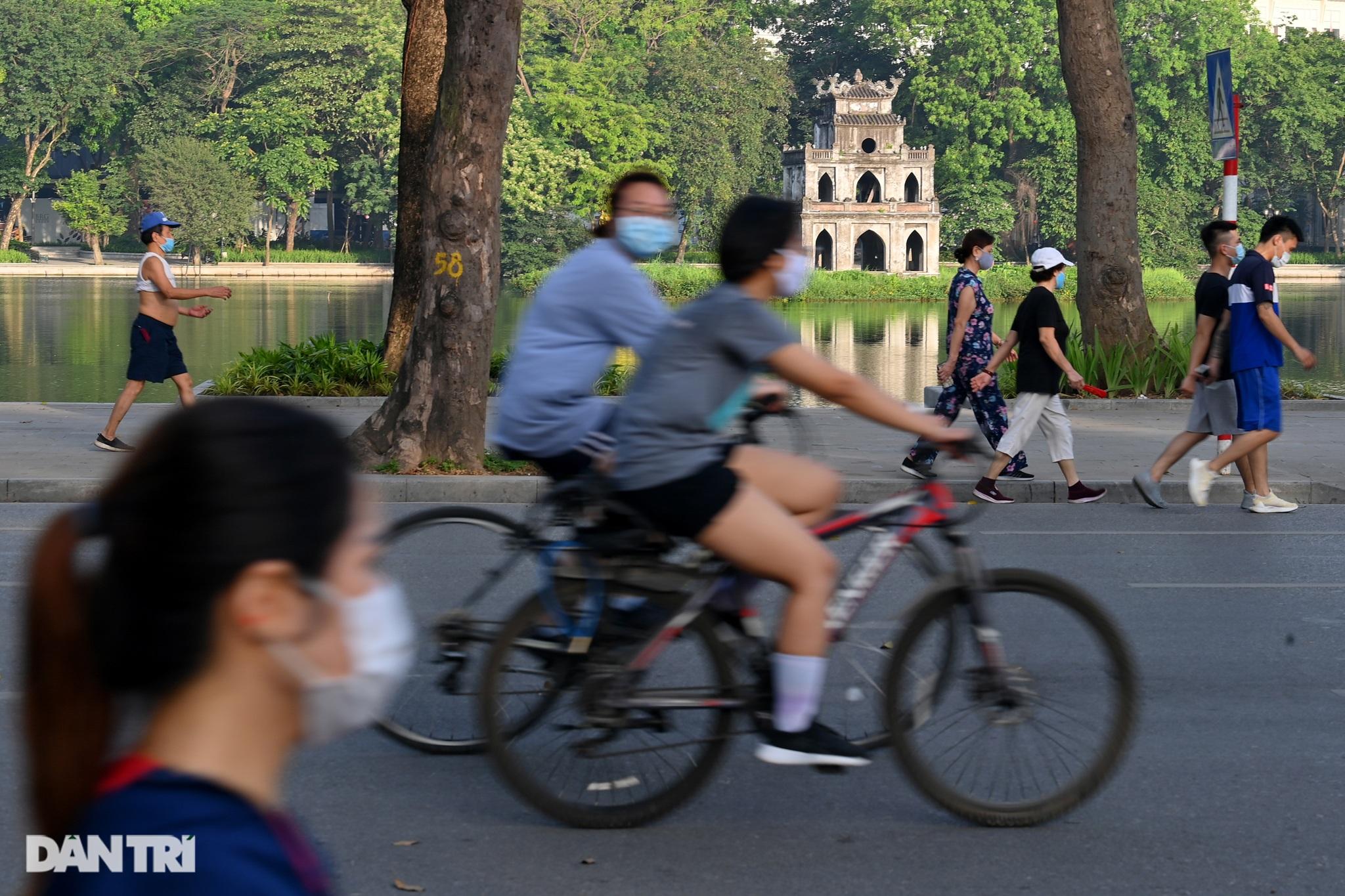 Hồ Gươm biến thành trường đua xe đạp, chật ních người đi bộ tập thể dục - 2