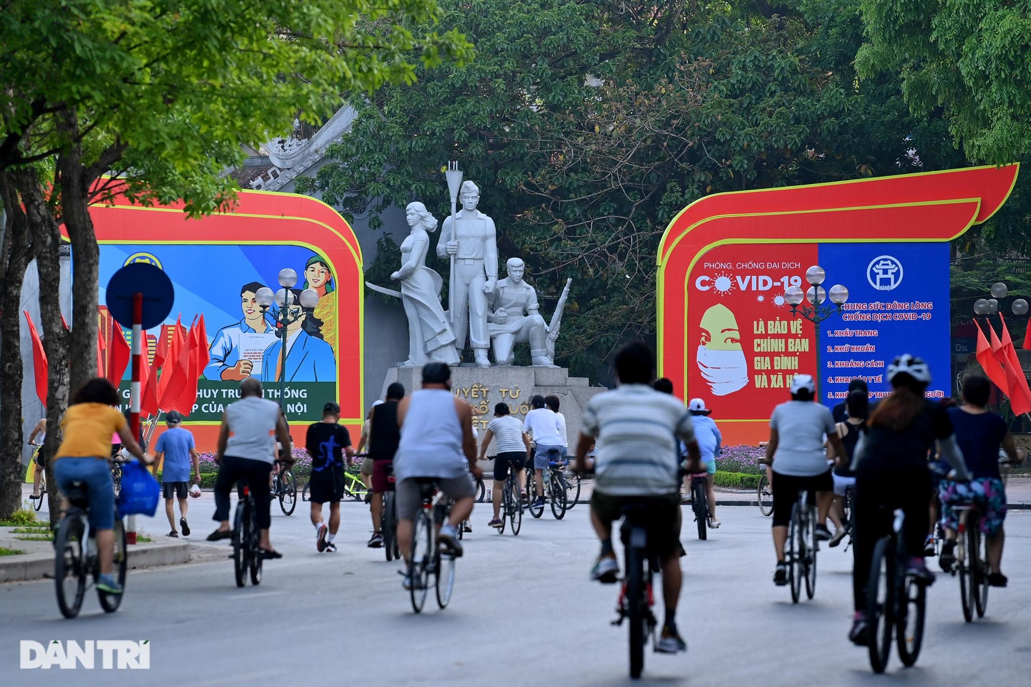 Hồ Gươm biến thành trường đua xe đạp, chật ních người đi bộ tập thể dục - 4