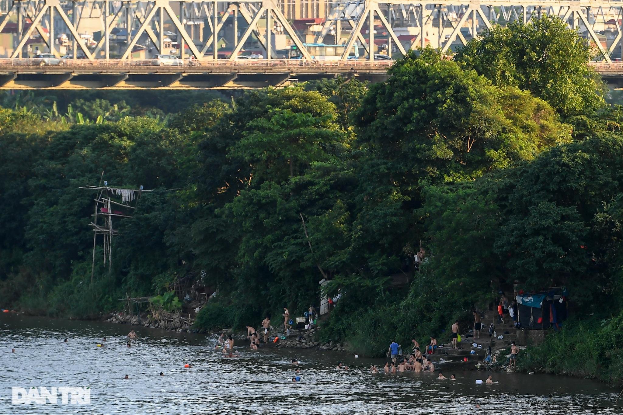 Hồ Gươm biến thành trường đua xe đạp, chật ních người đi bộ tập thể dục - 9