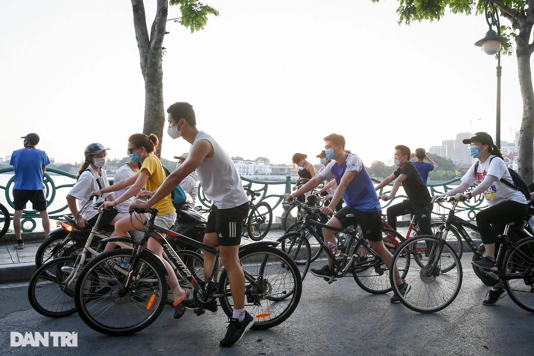 Hồ Gươm biến thành trường đua xe đạp, chật ních người đi bộ tập thể dục - 7