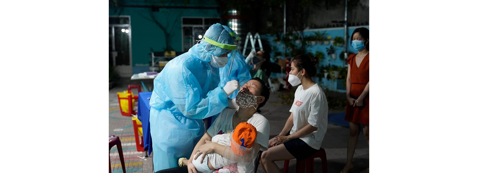 Đôi mắt ngàu đỏ của nữ y tá khi ca nhiễm từ nhóm truyền giáo tăng kỷ lục - 2