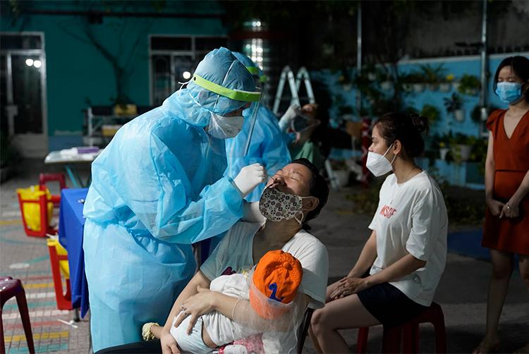 Đôi mắt ngàu đỏ của nữ y tá khi ca nhiễm từ nhóm truyền giáo tăng kỷ lục - 3