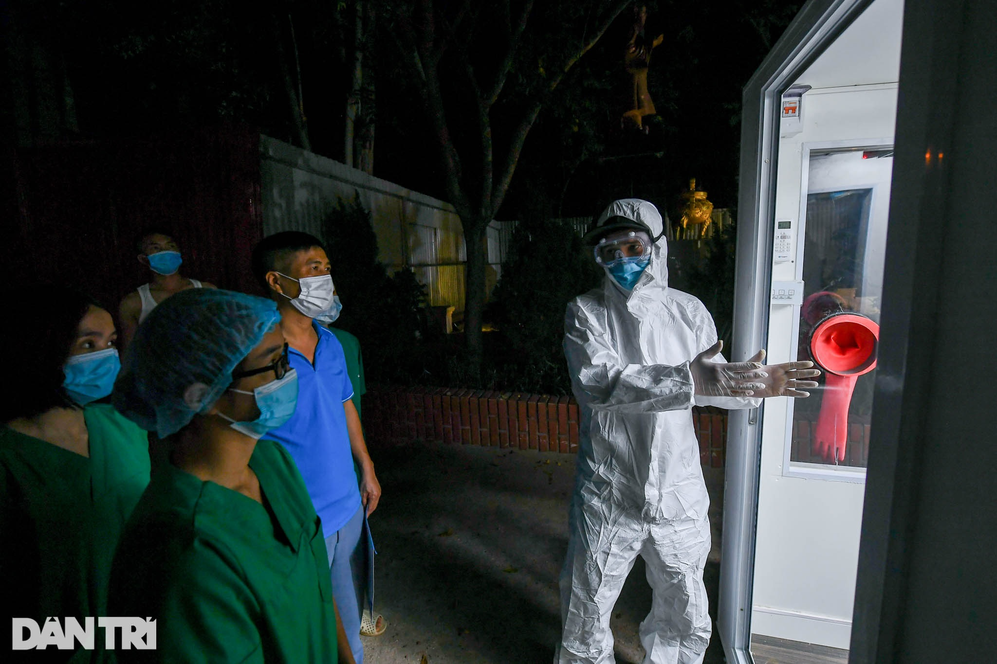 Cận cảnh vũ khí chống nóng, ngăn Covid-19 cho y bác sĩ lấy mẫu xét nghiệm - 15