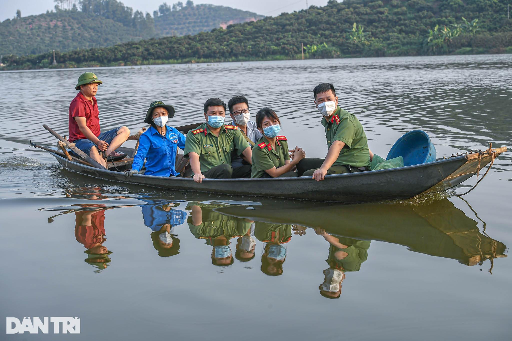 Công an huyện Lục Ngạn leo đồi, đi thuyền giúp nông dân thu hoạch vải - 8