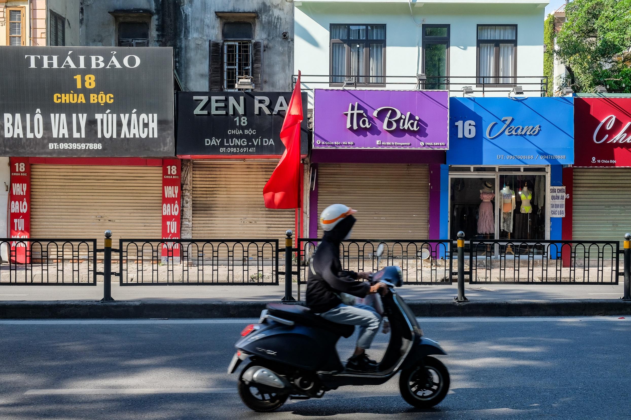 Những con phố thời trang ở Hà Nội: Ngày ế ẩm, tối tắt đèn đi ngủ sớm - 1