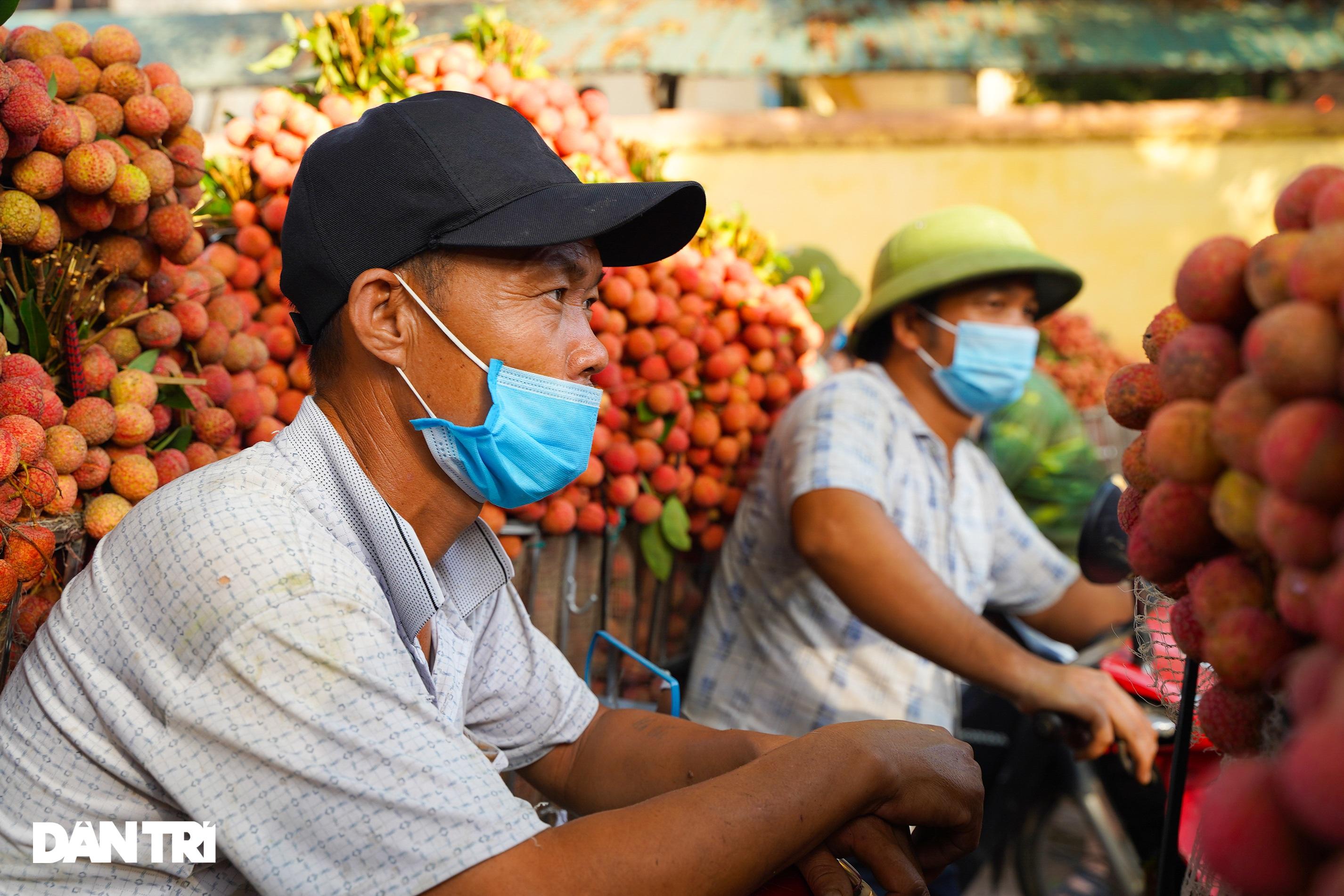 Bắc Giang: Xe chở vải thiều nối đuôi nhau dài hàng cây số ra các trạm cân - 7