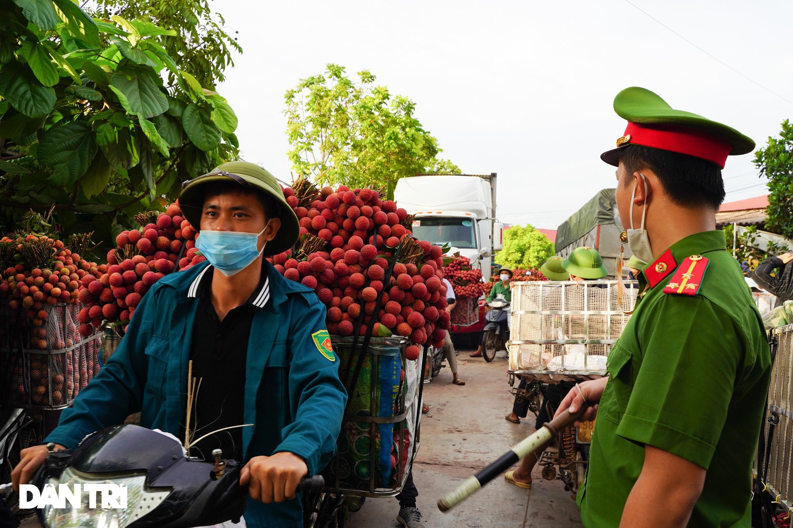 Bắc Giang: Xe chở vải thiều nối đuôi nhau dài hàng cây số ra các trạm cân - 12