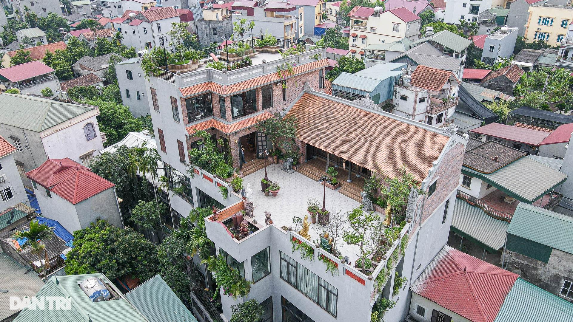 Độc đáo ngôi nhà cổ trăm tuổi rộng 100m2 tọa lạc trên nóc biệt thự ở Hà Nội - 1