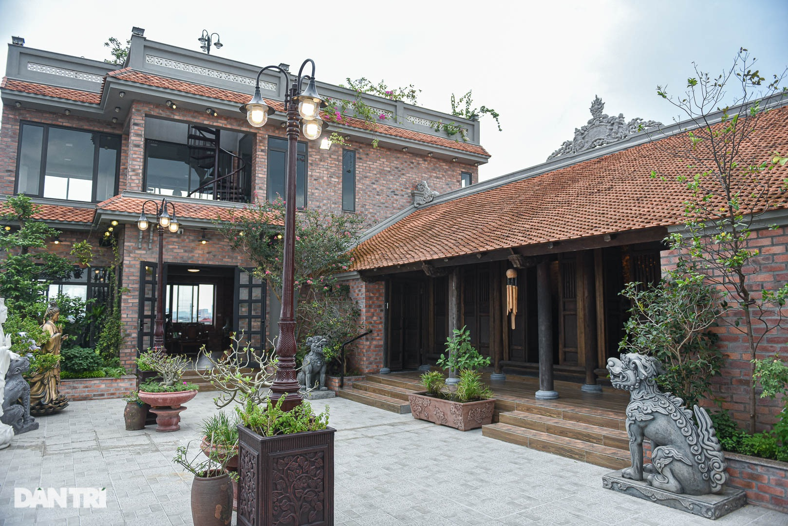 Độc đáo ngôi nhà cổ trăm tuổi rộng 100m2 tọa lạc trên nóc biệt thự ở Hà Nội - 10