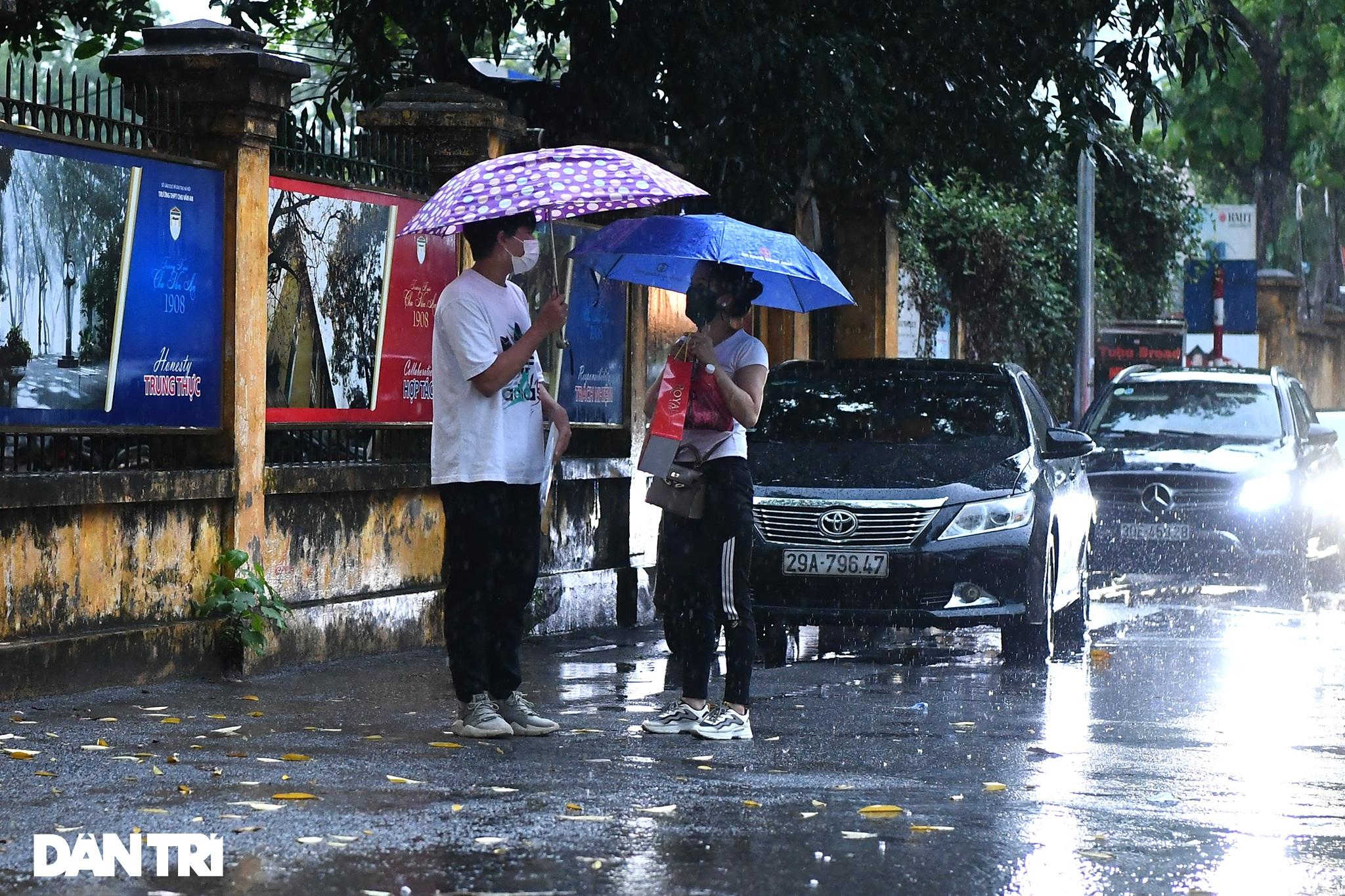 Điểm nhấn kỳ thi lớp 10 Hà Nội: Sĩ tử đội mưa và những cái ôm xúc động - 4