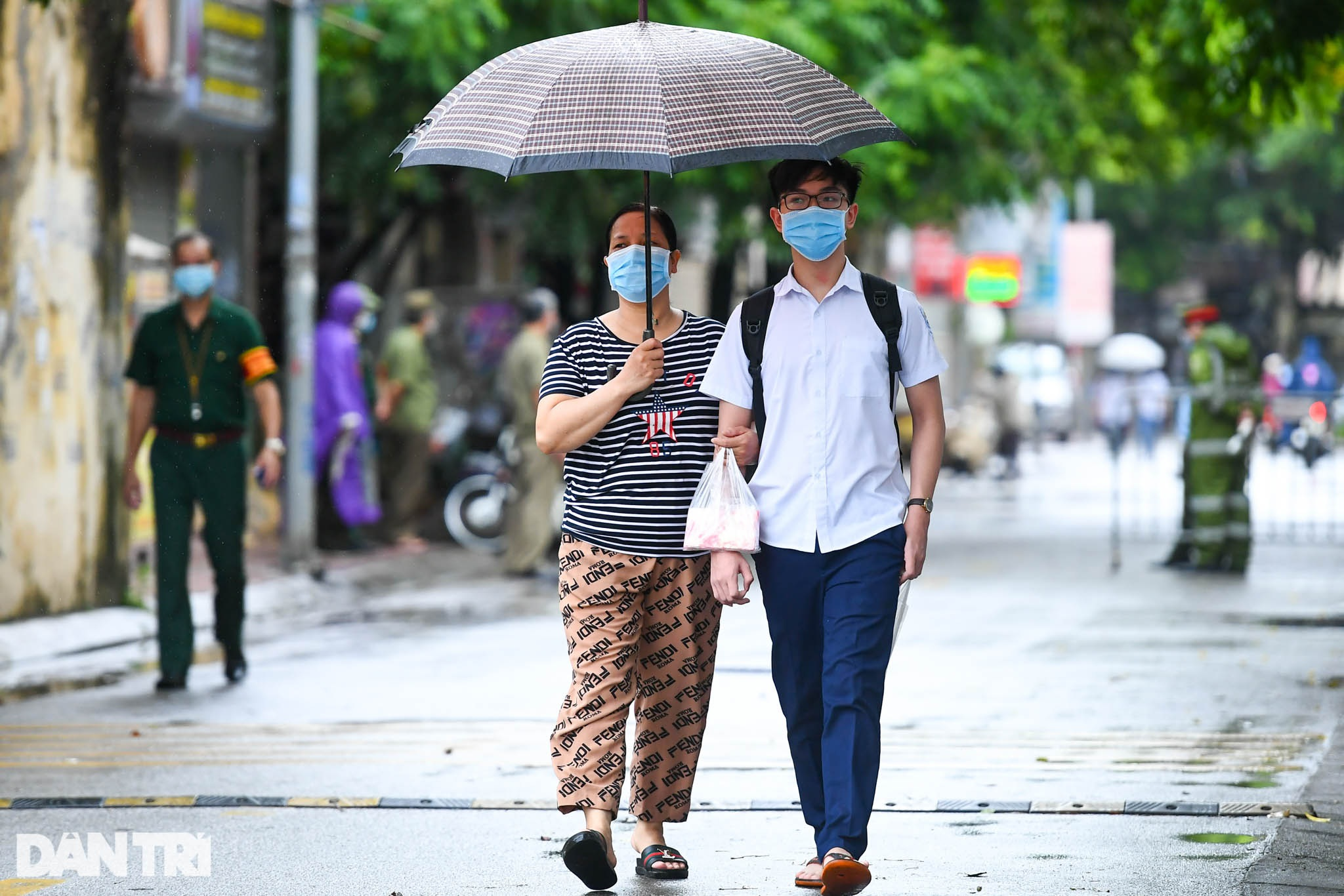 Điểm nhấn kỳ thi lớp 10 Hà Nội: Sĩ tử đội mưa và những cái ôm xúc động - 16