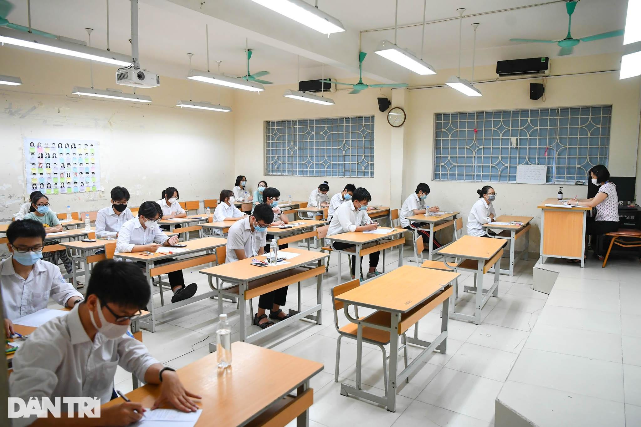 Điểm nhấn kỳ thi lớp 10 Hà Nội: Sĩ tử đội mưa và những cái ôm xúc động - 13