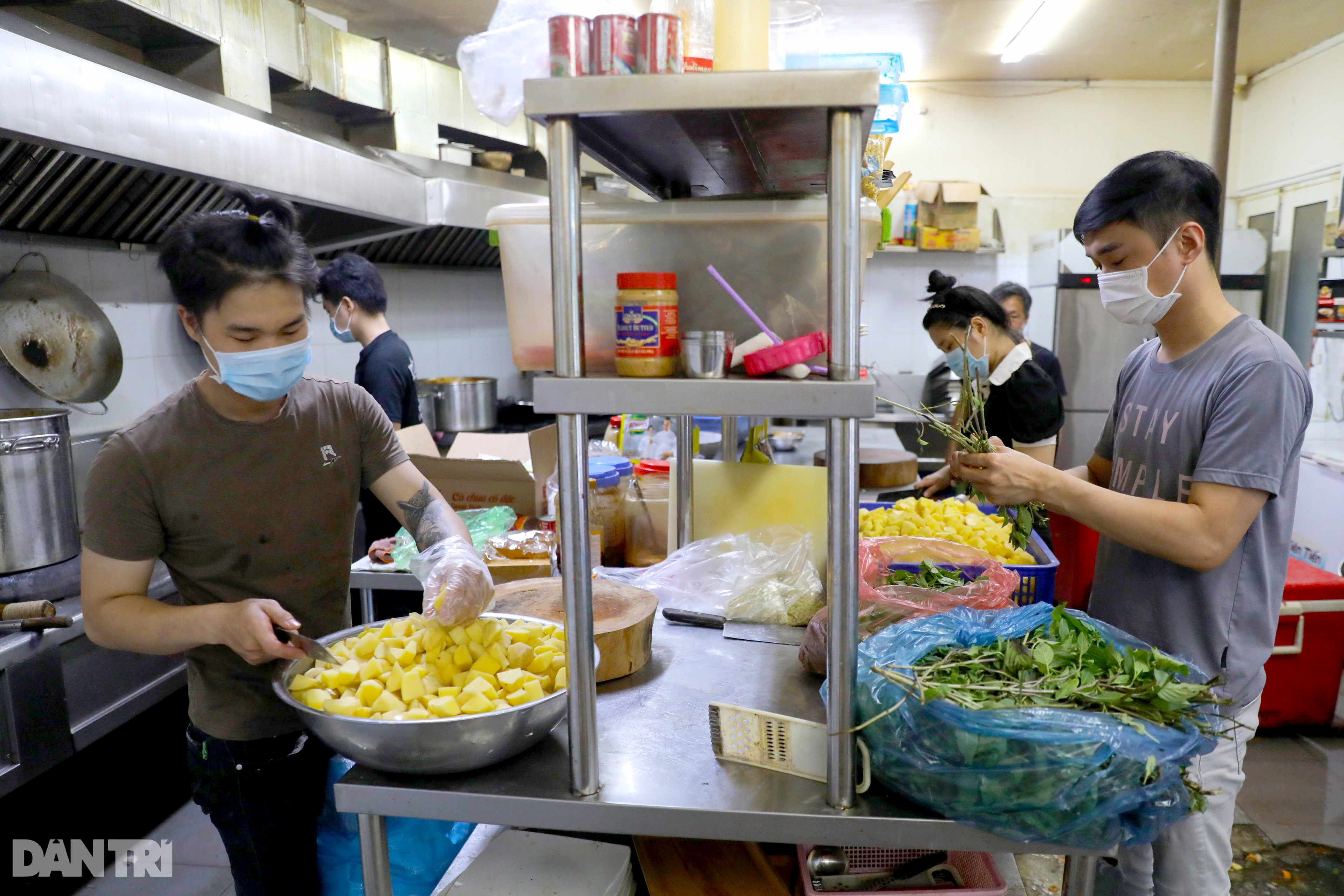 Mạnh thường quân nấu 2.000 suất ăn tiếp tế khu cách ly, người nghèo ở TPHCM - 4
