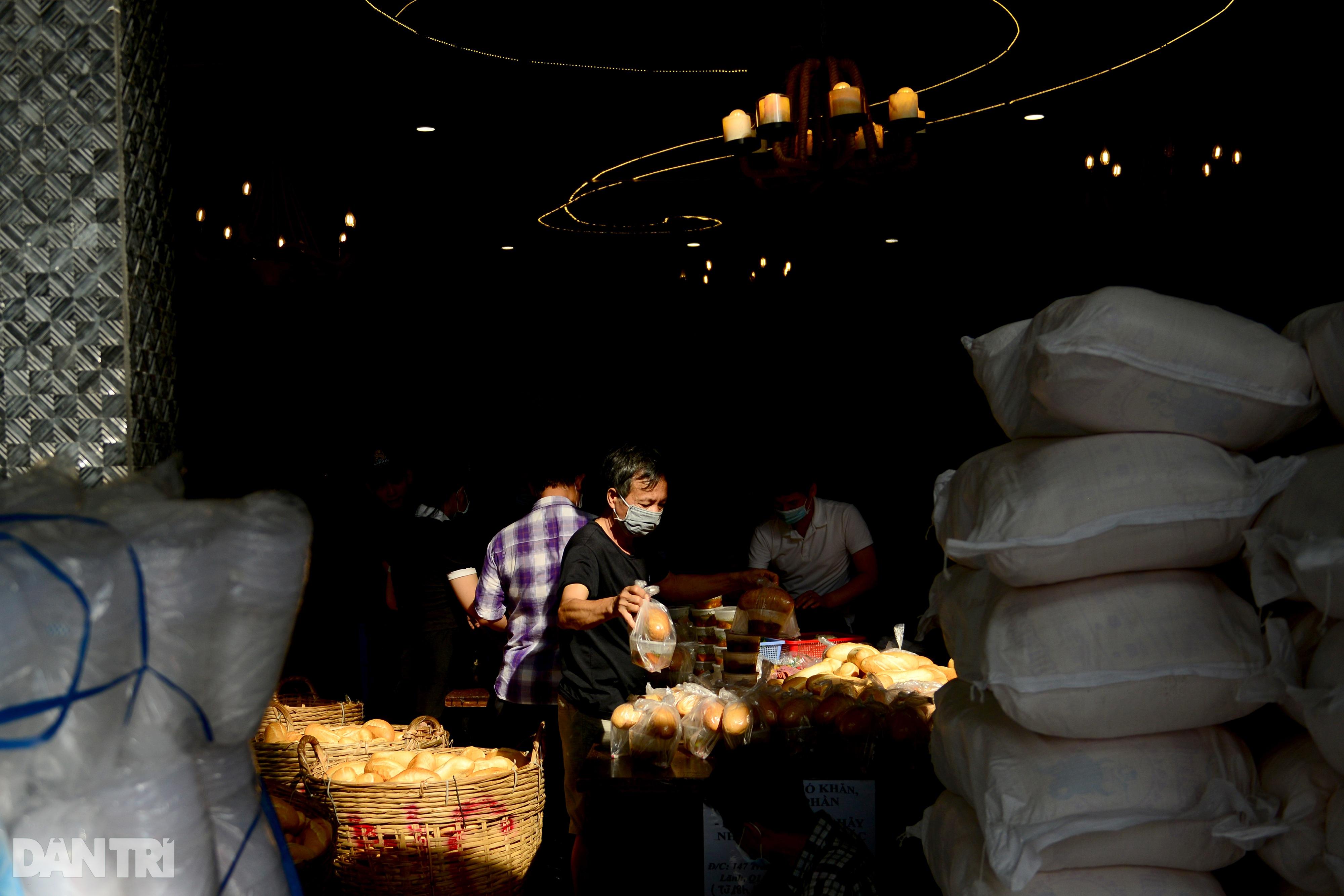 Mạnh thường quân nấu 2.000 suất ăn tiếp tế khu cách ly, người nghèo ở TPHCM - 12