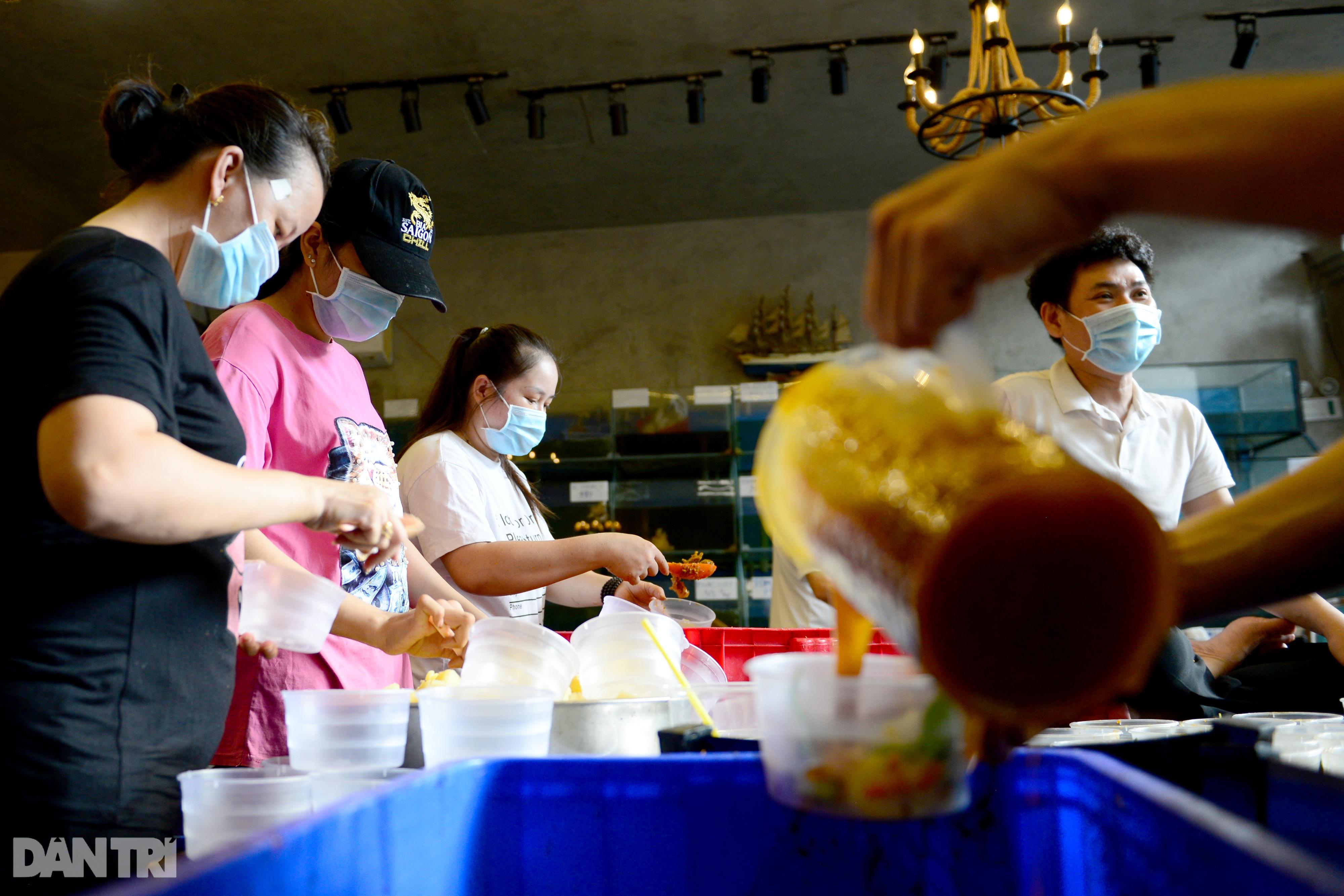 Mạnh thường quân nấu 2.000 suất ăn tiếp tế khu cách ly, người nghèo ở TPHCM - 2