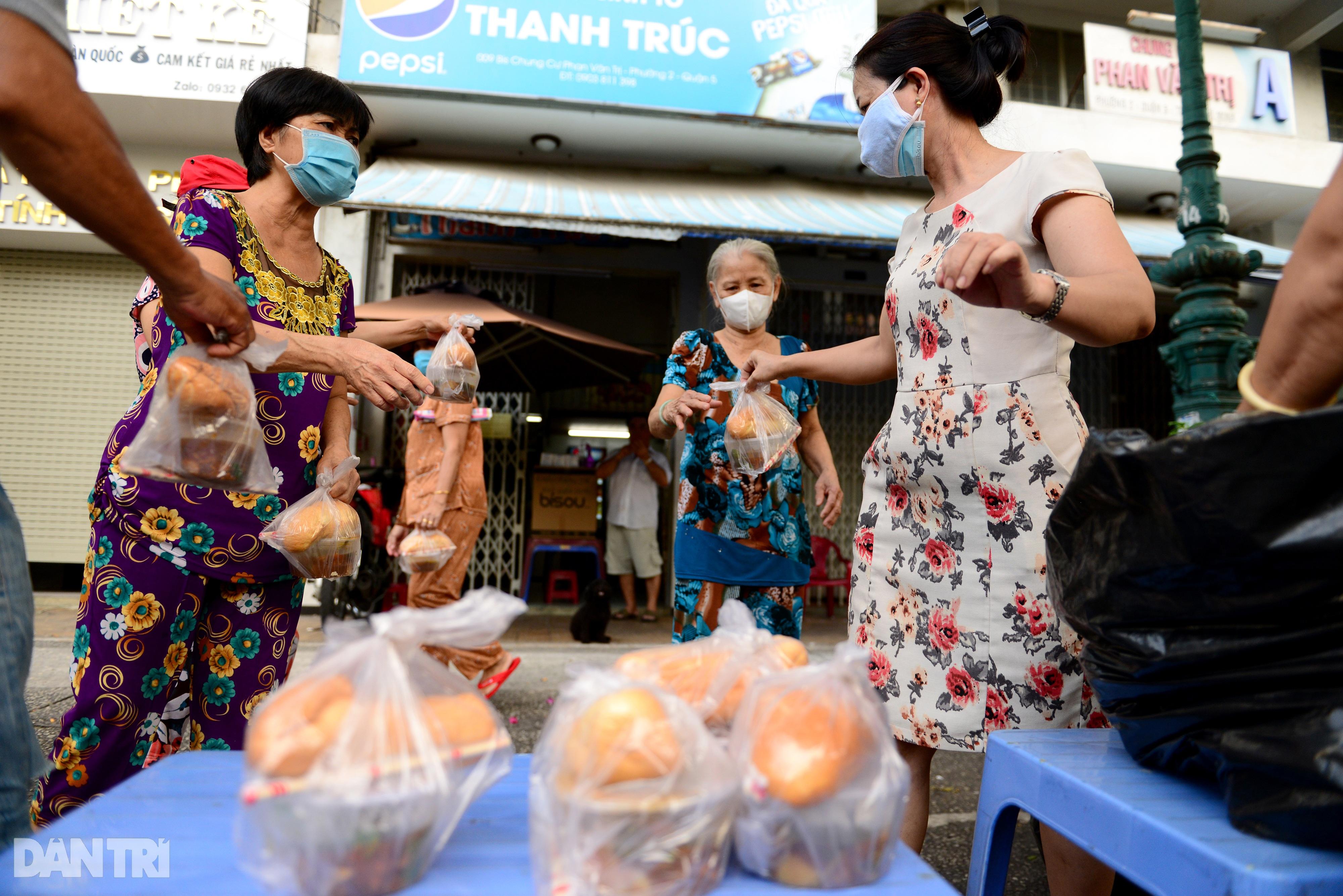 Mạnh thường quân nấu 2.000 suất ăn tiếp tế khu cách ly, người nghèo ở TPHCM - 10