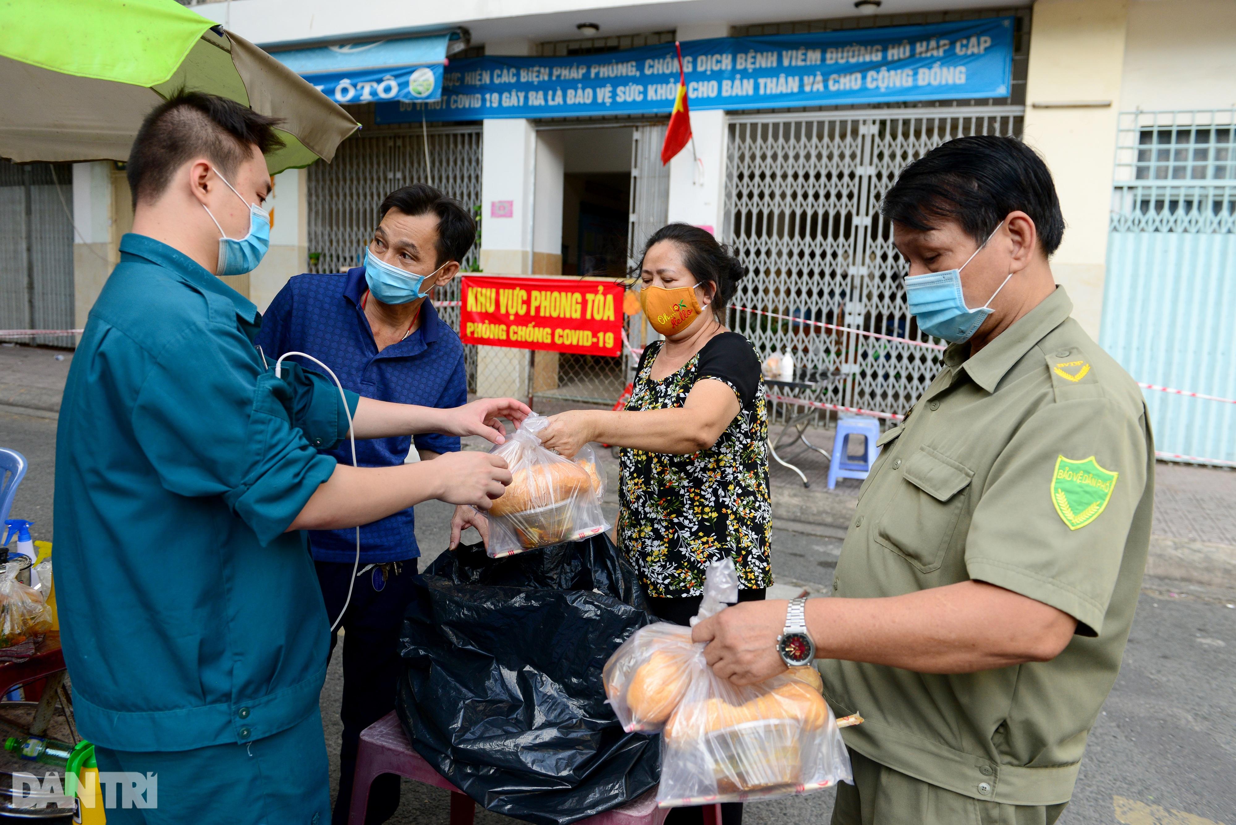 Mạnh thường quân nấu 2.000 suất ăn tiếp tế khu cách ly, người nghèo ở TPHCM - 8