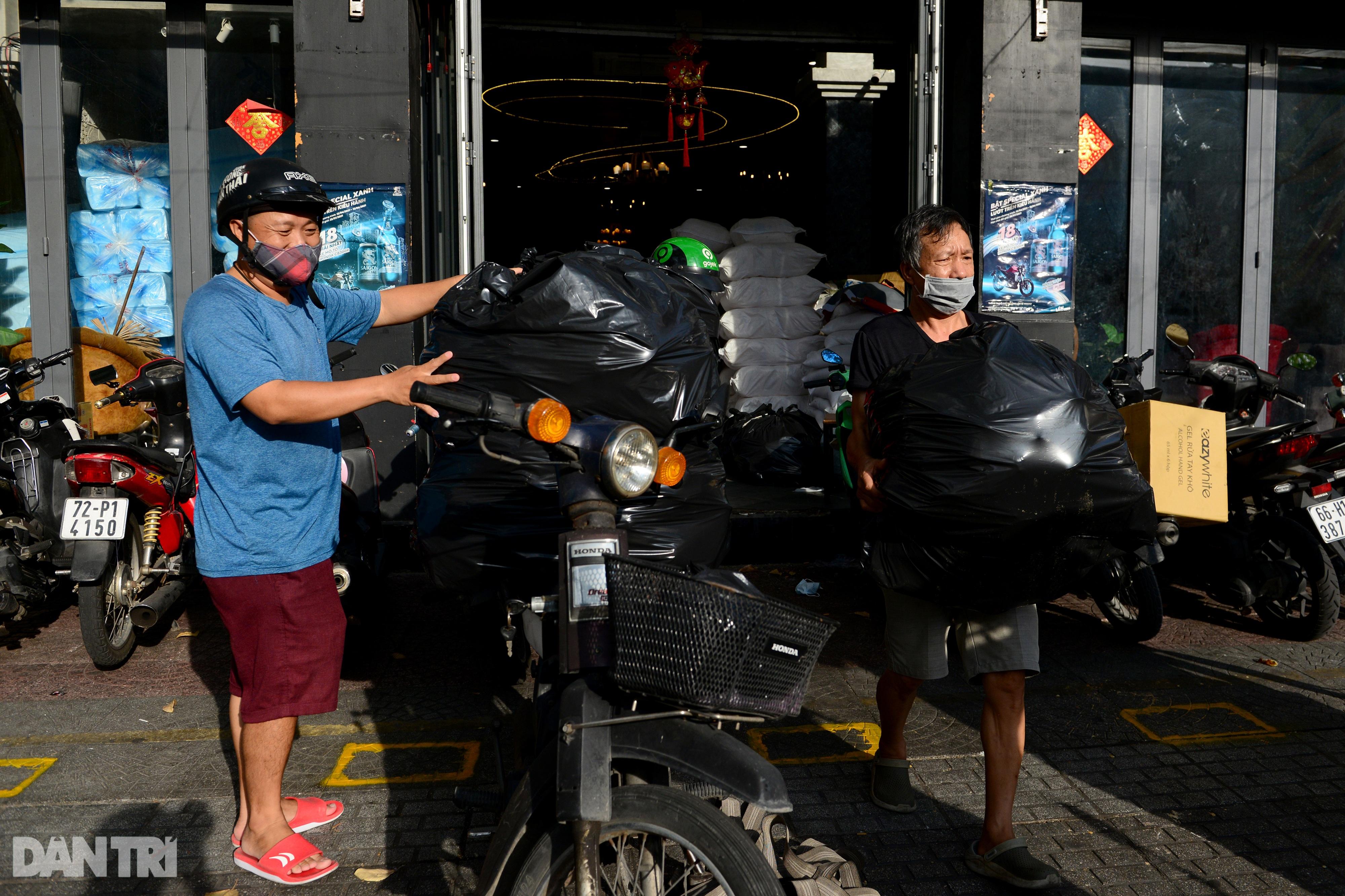 Mạnh thường quân nấu 2.000 suất ăn tiếp tế khu cách ly, người nghèo ở TPHCM - 11