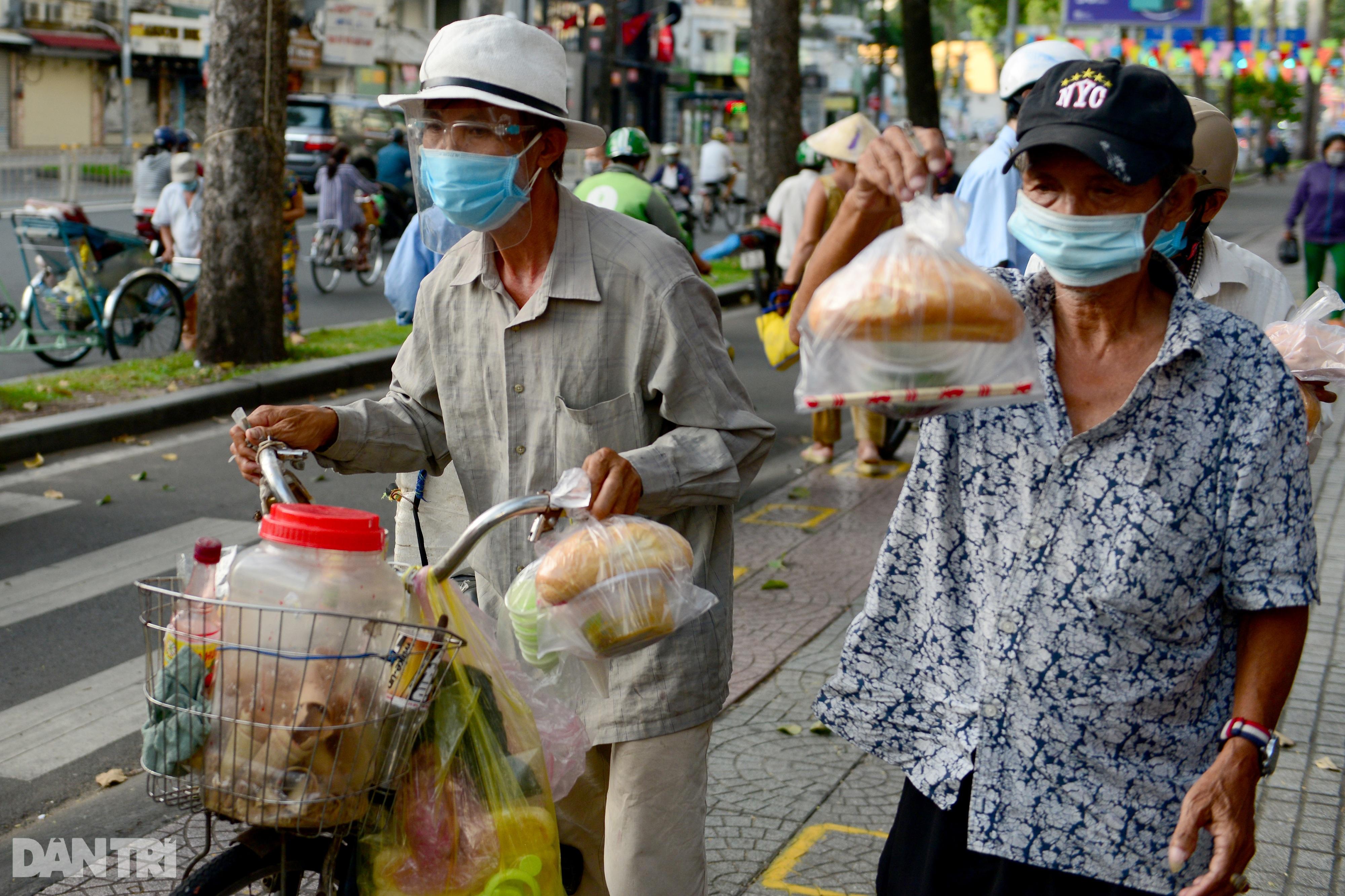 Mạnh thường quân nấu 2.000 suất ăn tiếp tế khu cách ly, người nghèo ở TPHCM - 16
