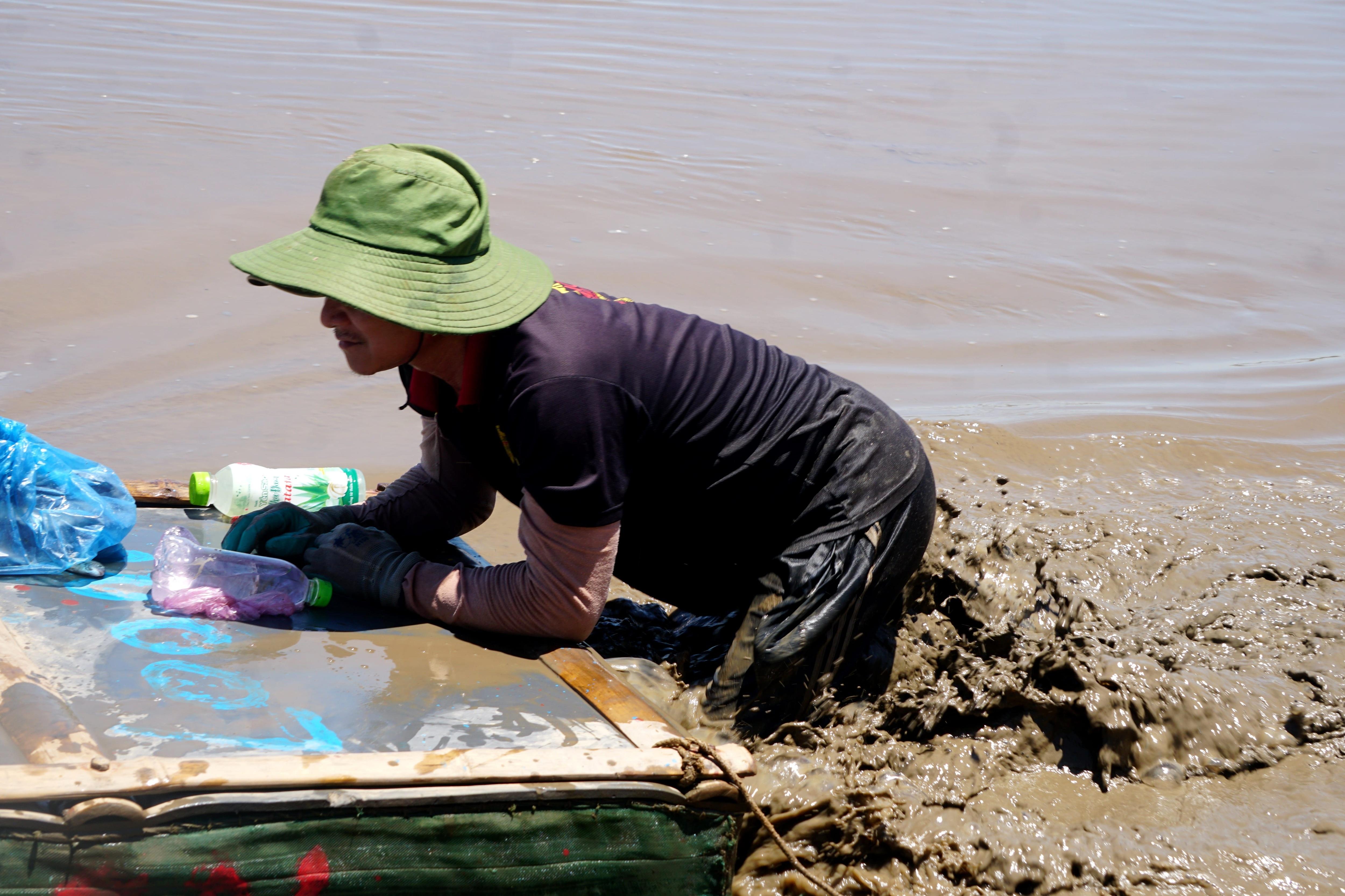 Ngư dân mướt mồ hôi lội bùn đẩy cạn giữa trưa nắng - 6