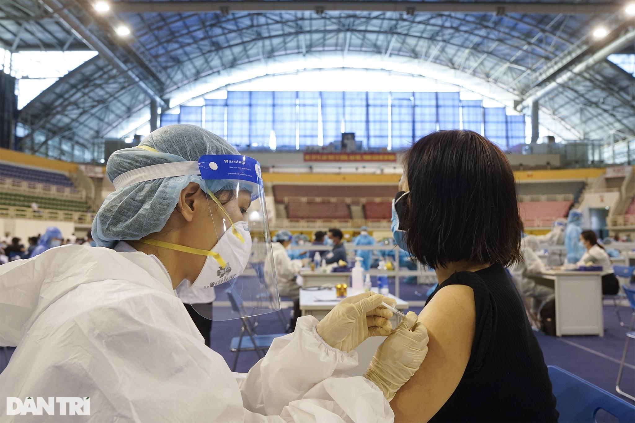 Hình ảnh người dân TPHCM xếp hàng tiêm vắc xin Covid-19 đông chưa từng thấy - 13