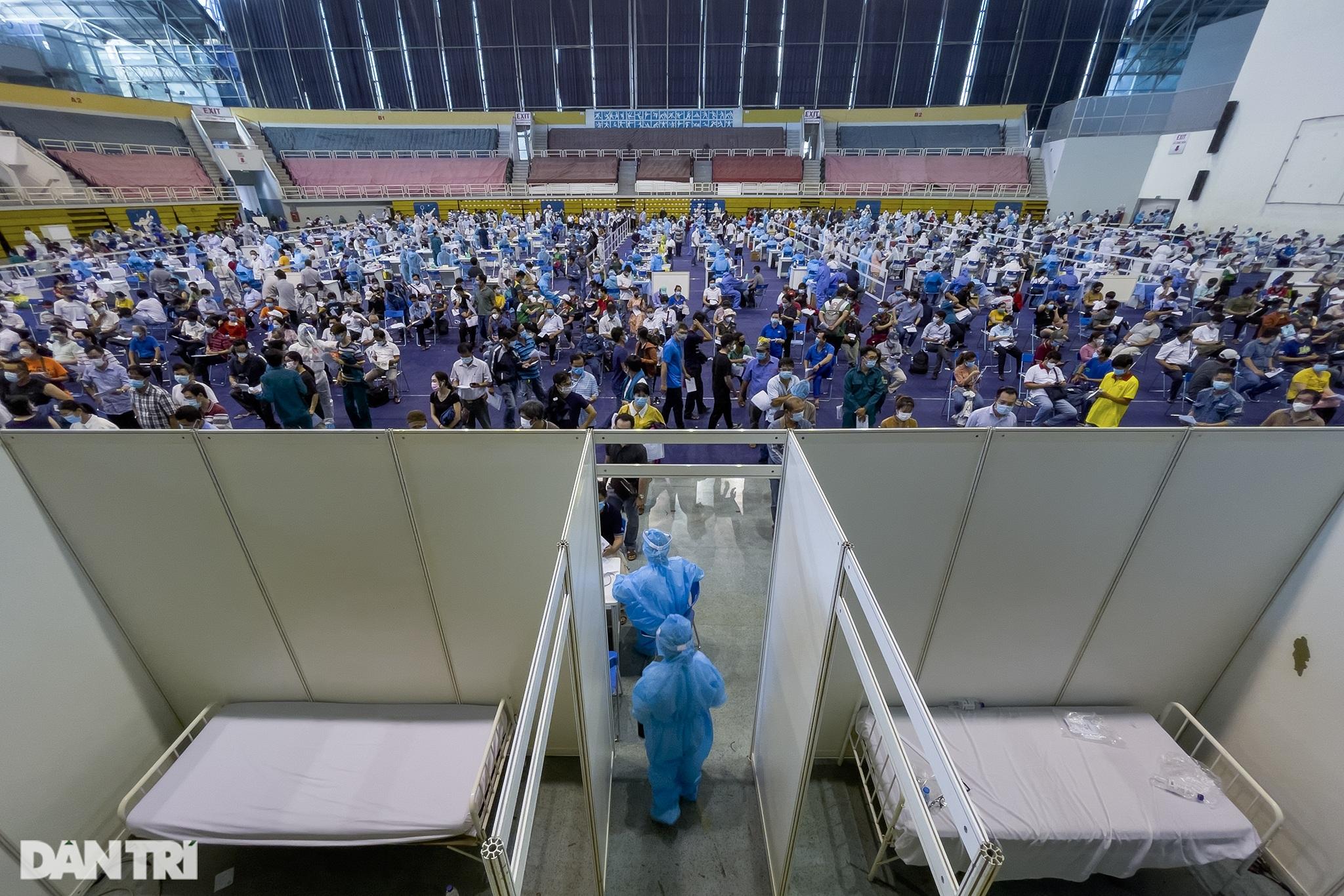 Hình ảnh người dân TPHCM xếp hàng tiêm vắc xin Covid-19 đông chưa từng thấy - 9