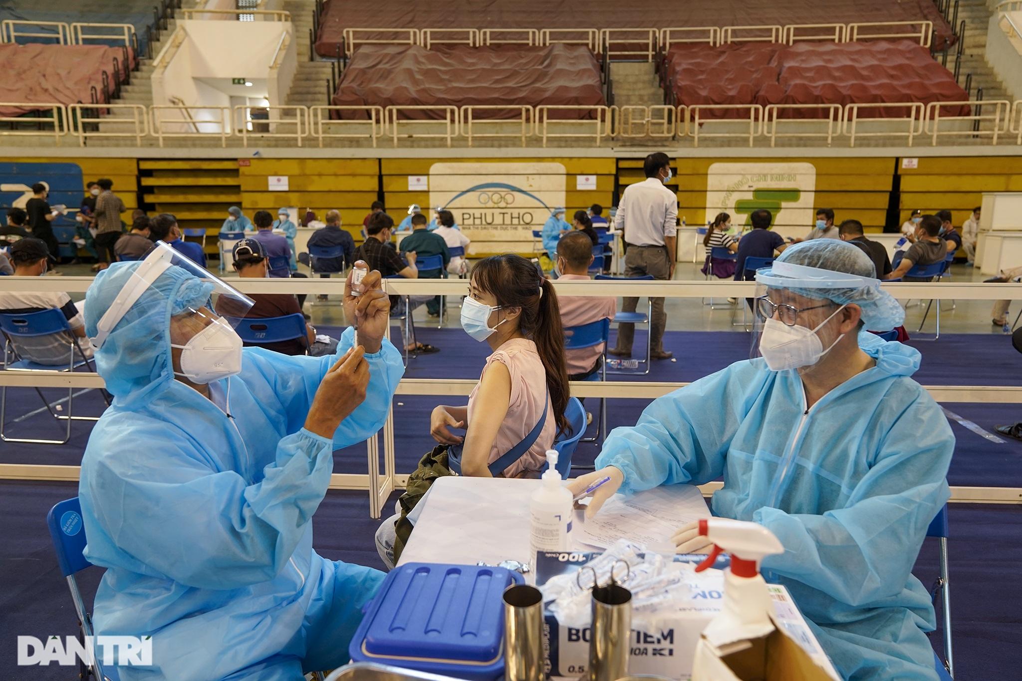 Hình ảnh người dân TPHCM xếp hàng tiêm vắc xin Covid-19 đông chưa từng thấy - 6