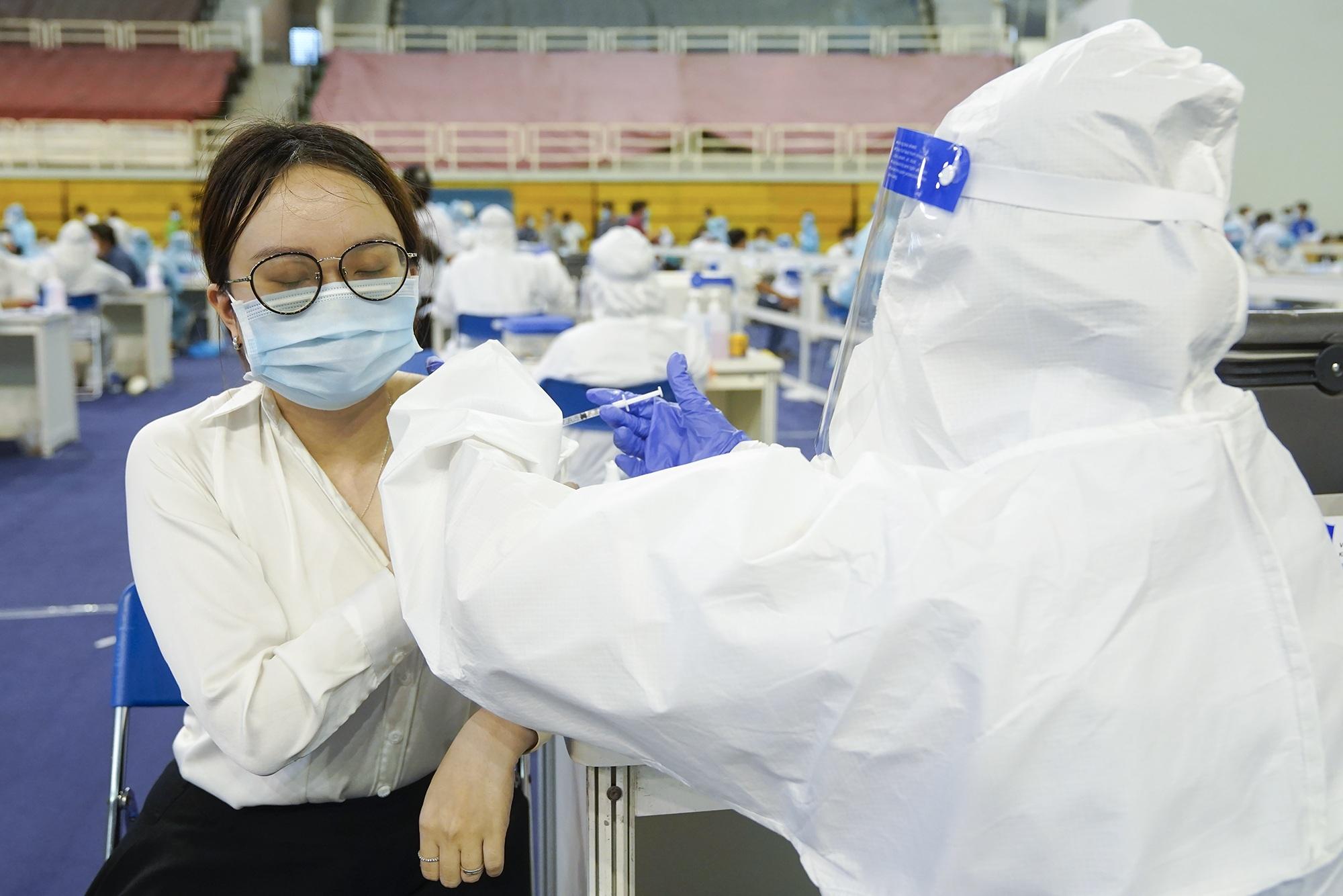 Hình ảnh người dân TPHCM xếp hàng tiêm vắc xin Covid-19 đông chưa từng thấy - 11