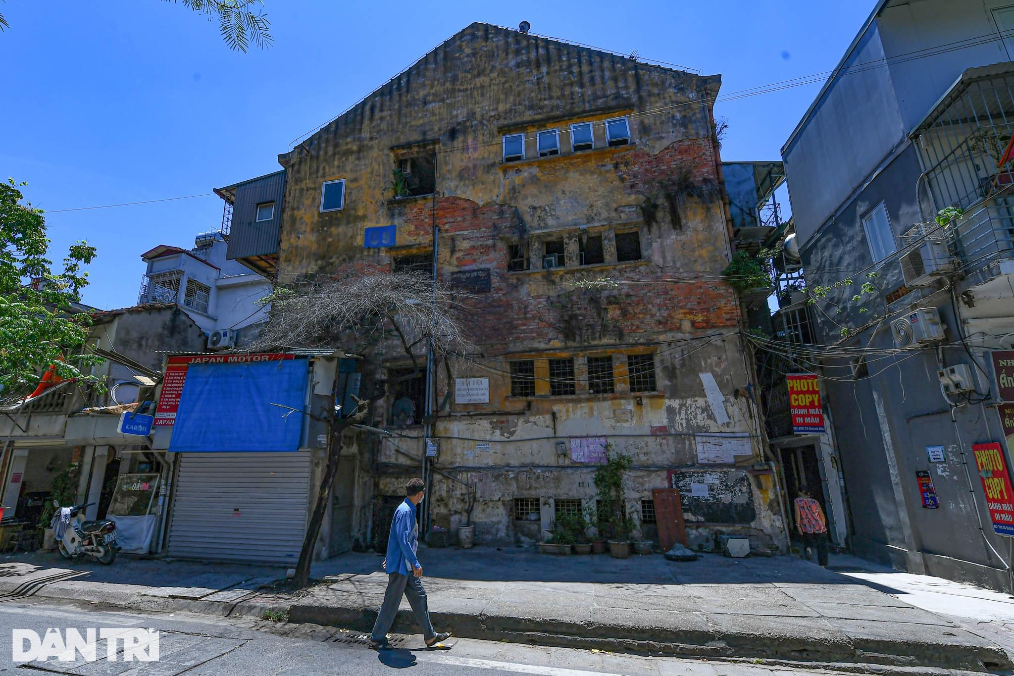 Nhà biến thành hầm ẩm thấp, dột nát tại chung cư tập thể cũ Hà Nội - 1