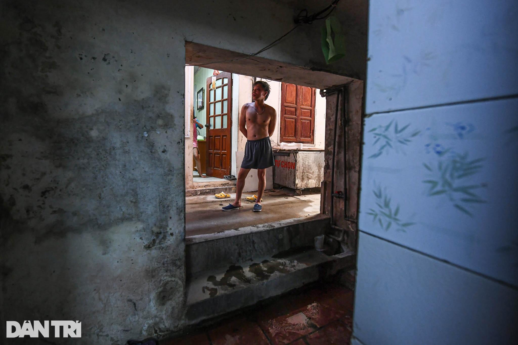 Nhà biến thành hầm ẩm thấp, dột nát tại chung cư tập thể cũ Hà Nội - 7