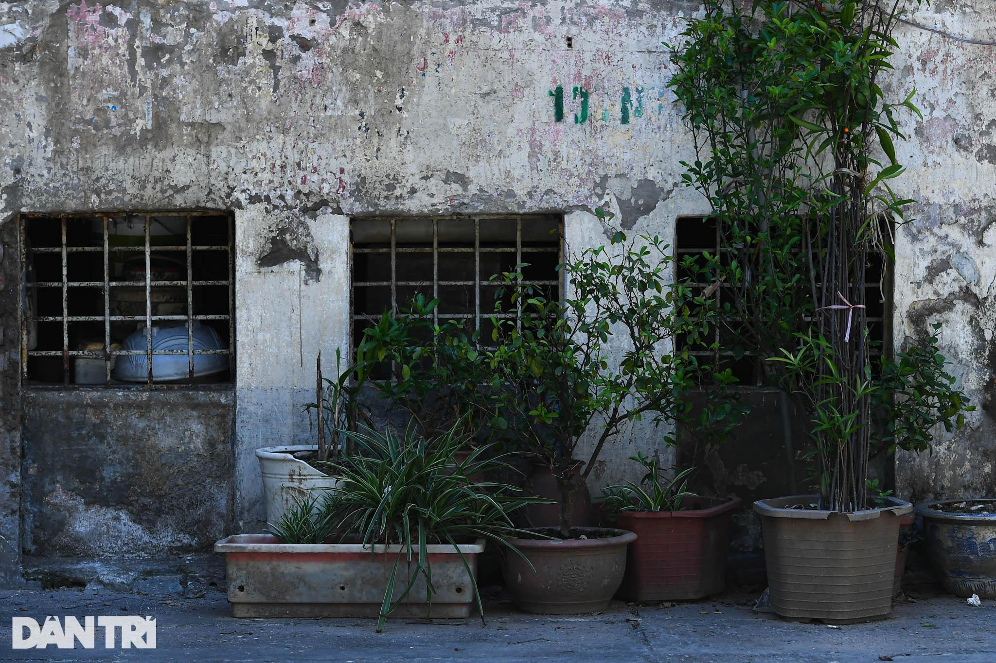 Nhà biến thành hầm ẩm thấp, dột nát tại chung cư tập thể cũ Hà Nội - 8