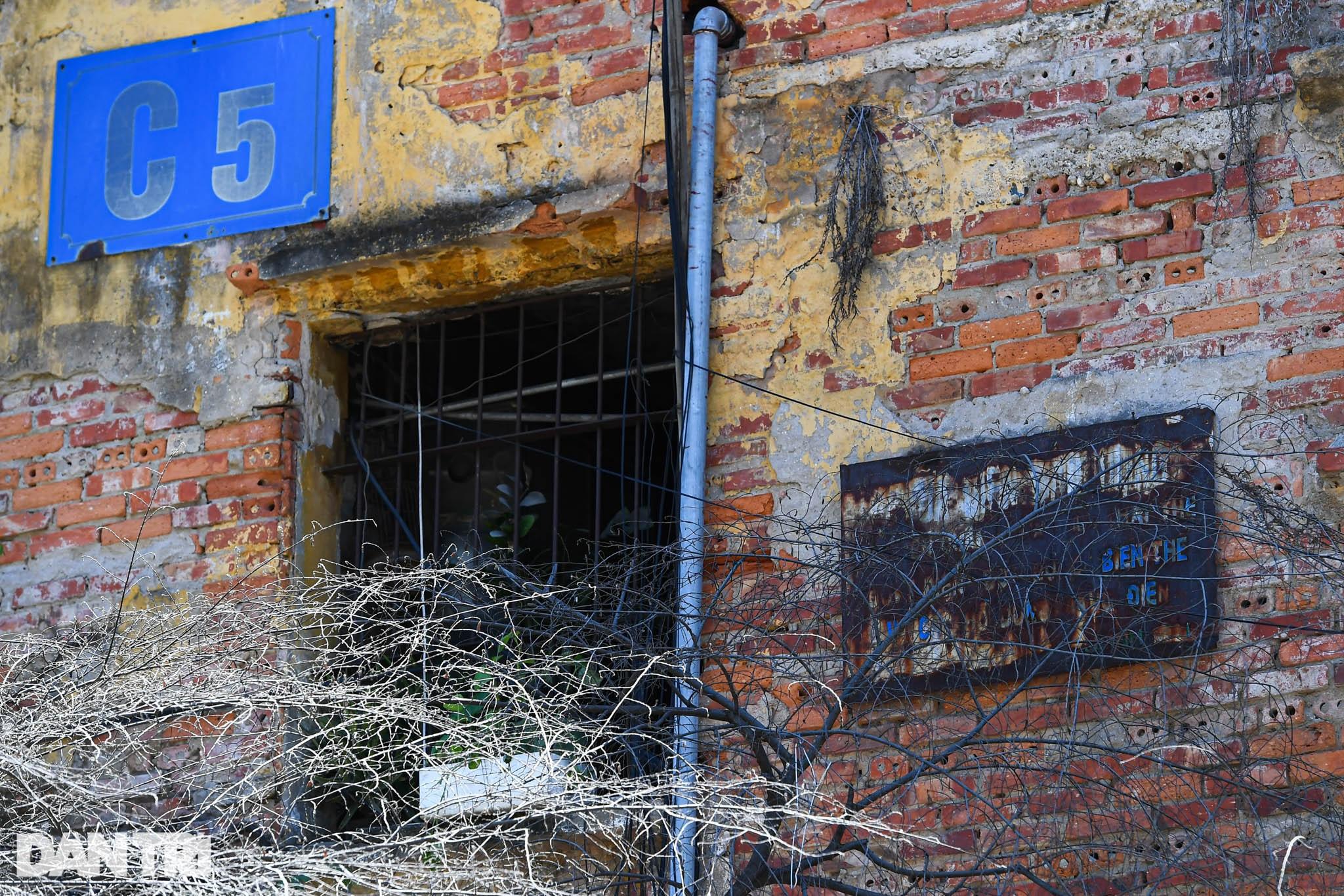 Nhà biến thành hầm ẩm thấp, dột nát tại chung cư tập thể cũ Hà Nội - 2