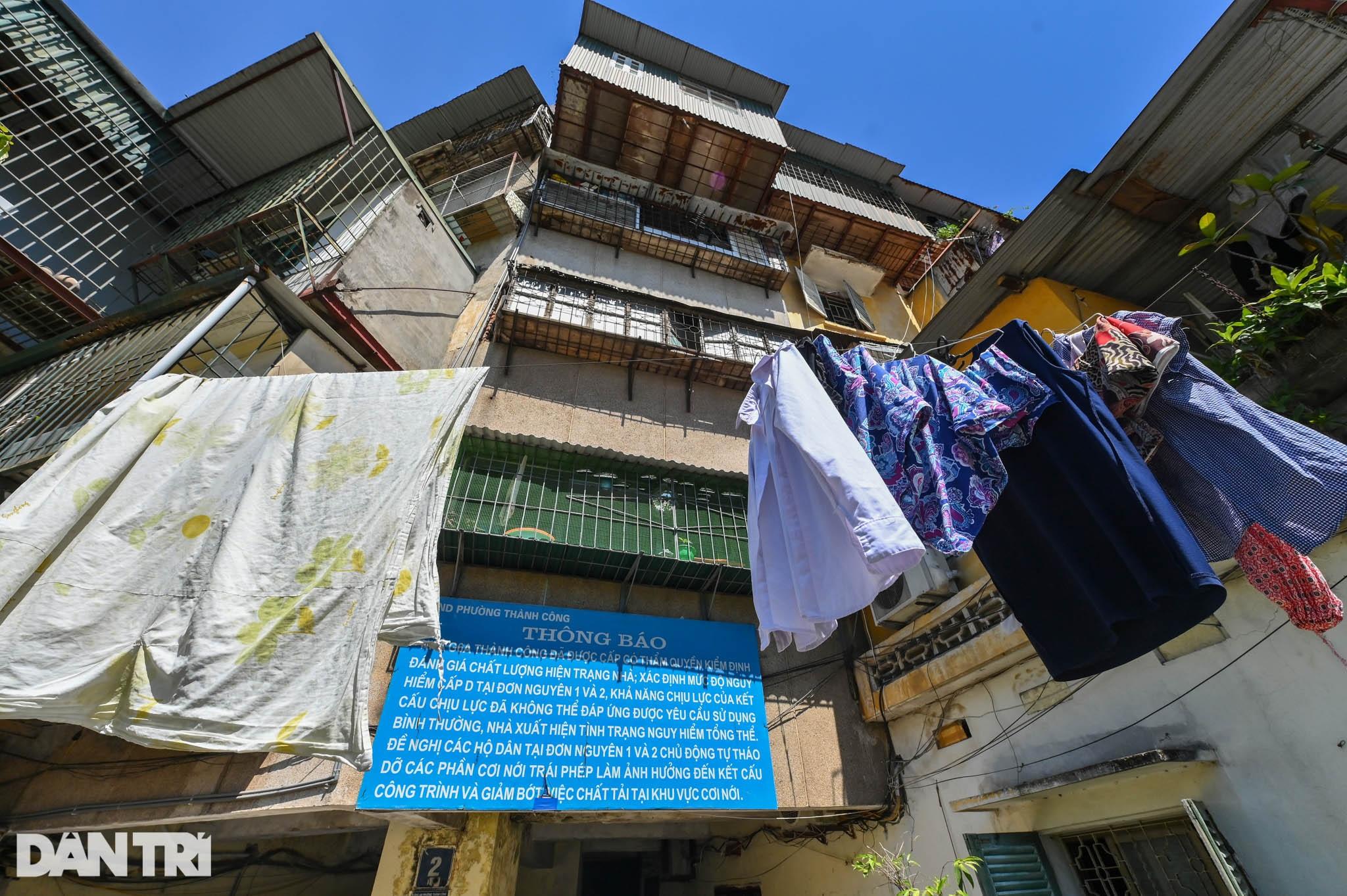 Nhà biến thành hầm ẩm thấp, dột nát tại chung cư tập thể cũ Hà Nội - 12