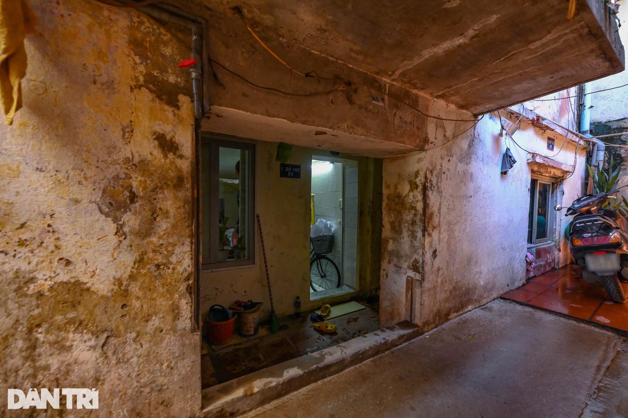 Nhà biến thành hầm ẩm thấp, dột nát tại chung cư tập thể cũ Hà Nội - 3